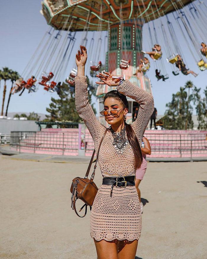Robe courte en crochet coachella tenue, idée robe boheme chic féminine tenue festival coachella