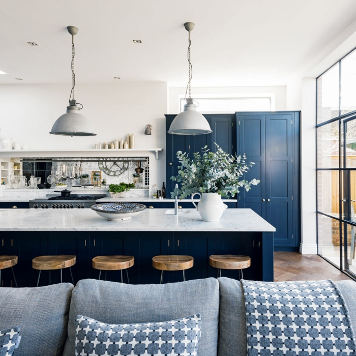 Lustre industriel, cuisine rustique, canapé gris, déco cuisine mur bleu, aménagement cuisine moderne en bleu