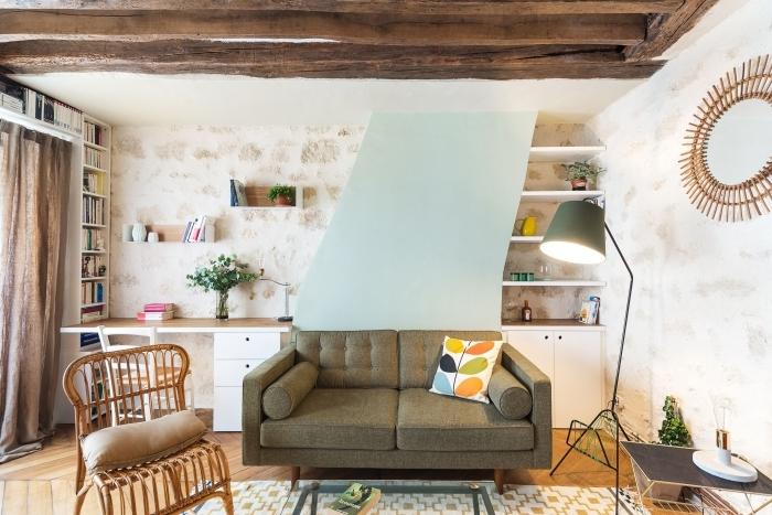 aménagement de bureau salon en bois et blanc avec objets en couleurs, aménagement coin office dans le salon avec rangement mural