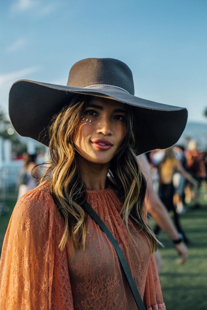 maquillage festival facile avec strass pour visage sous les yeux, look hippie chic en robe tunique et capeline noire
