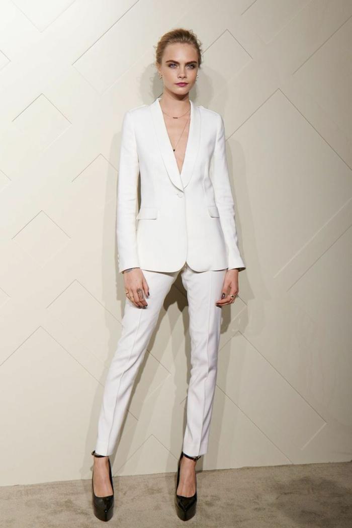 Costume femme blanche avec pantalon long et blazer, tailleur blanc pour femme vêtement chic chaussures à talon