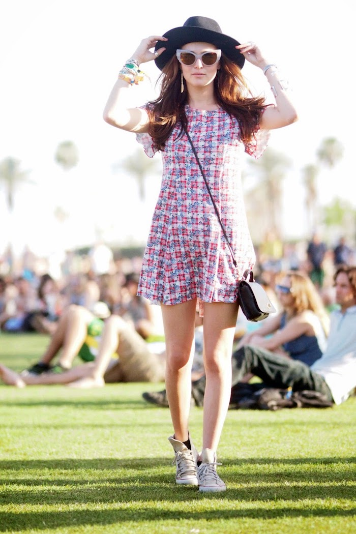 Courte robe carrée associée aux baskets et chapeau périphérique, theme coachella, robe longue fleurie boheme belle tenue femme
