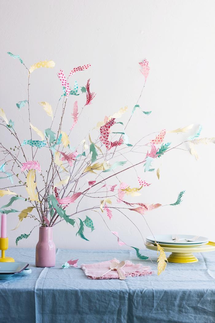 idée d'activité manuelle paques facile avec papier et branches, exemple comment décorer une table pour Pâques