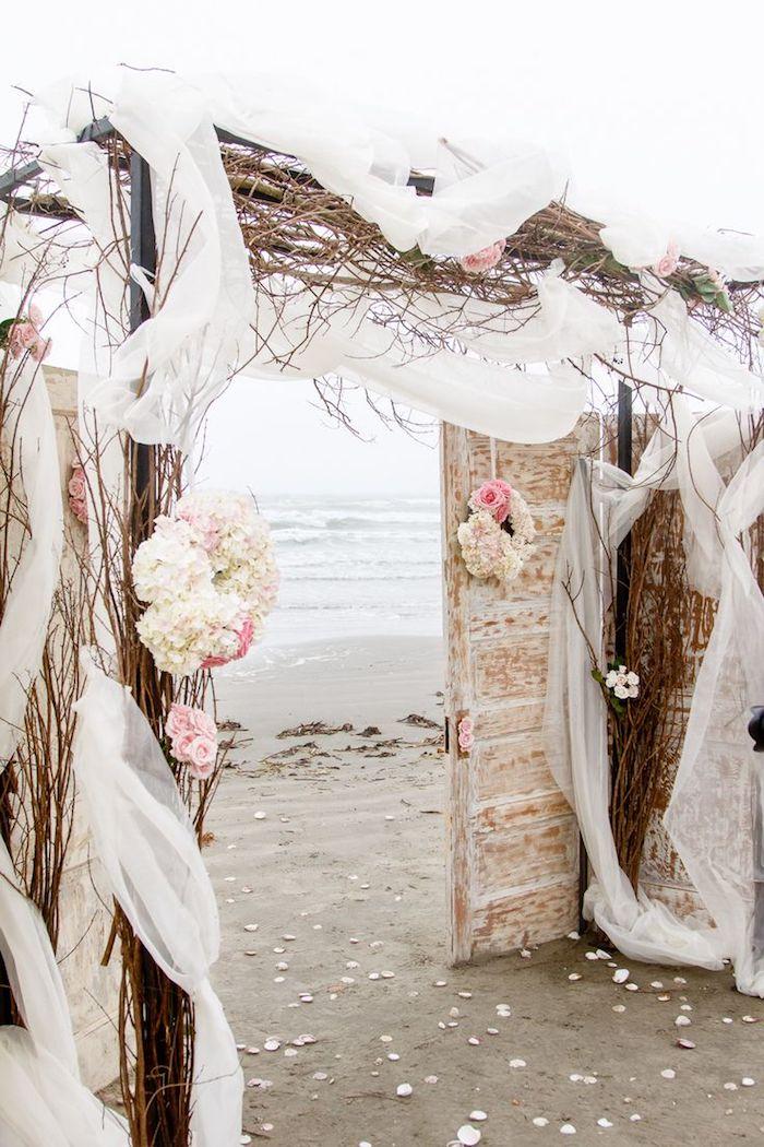 Mariage au bord de la mer, portes qui donnent à la mer mariage champetre chic fleurs, decoration mariage champetre