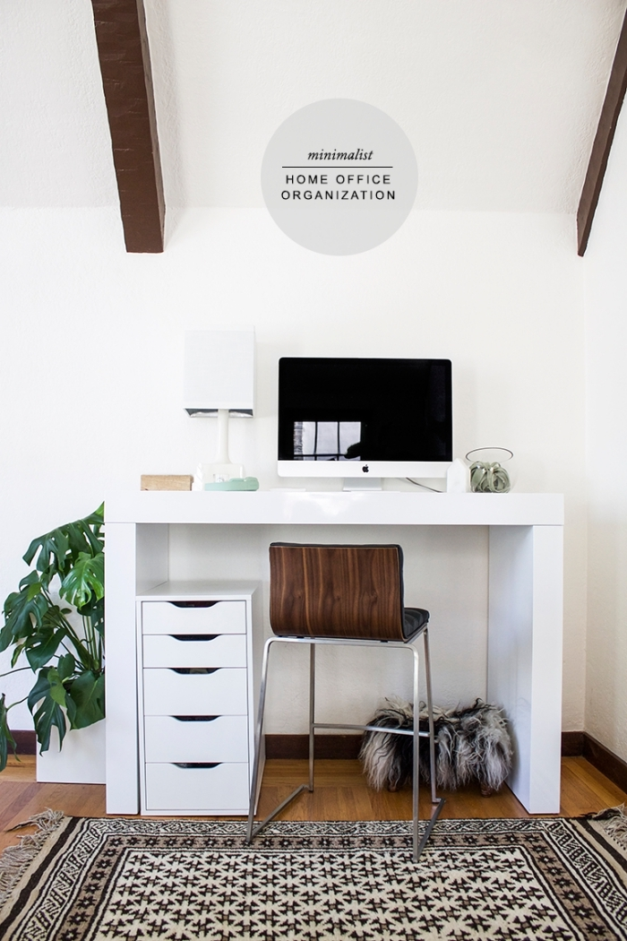 décoration coin de travail à domicile, exemple de bureau blanc laqué bien organisé, design home office avec meubles blancs