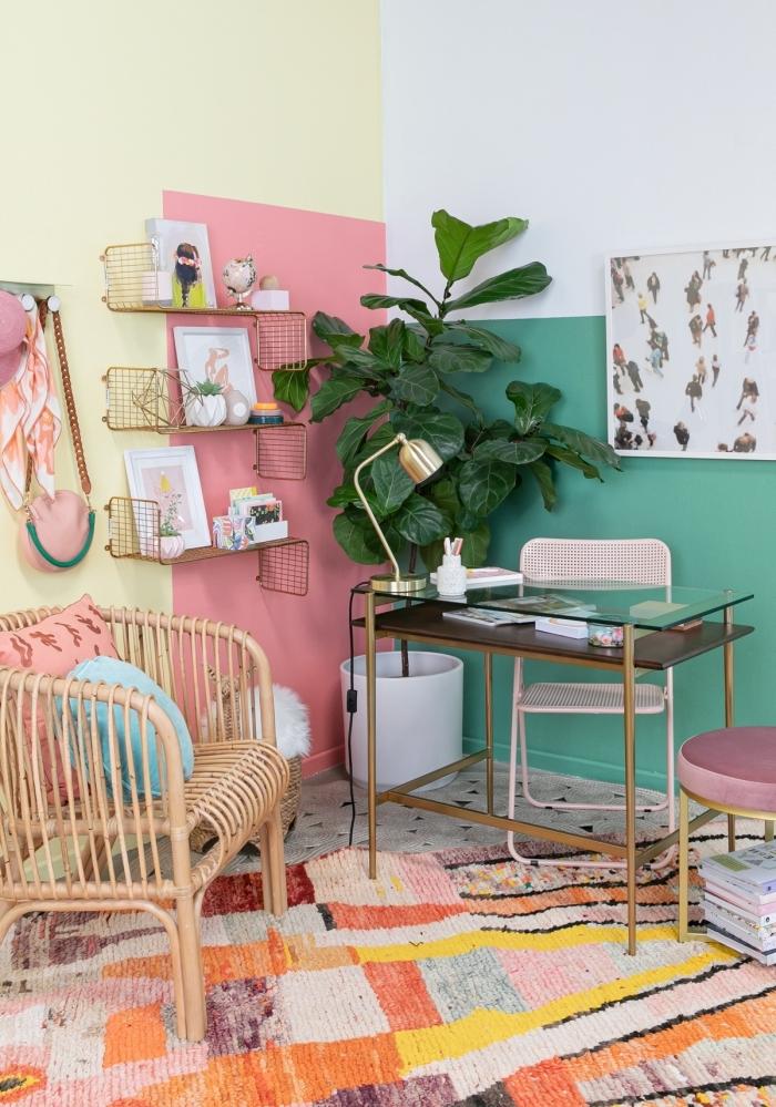 design bureau petit espace moderne avec peinture murale en couleurs, décoration espace de travail avec accents en or