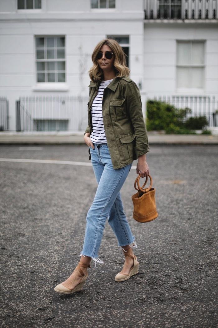 exemple comment porter la veste kaki femme avec jeans et sandales à plateformes, look casual chic femme en denim clair