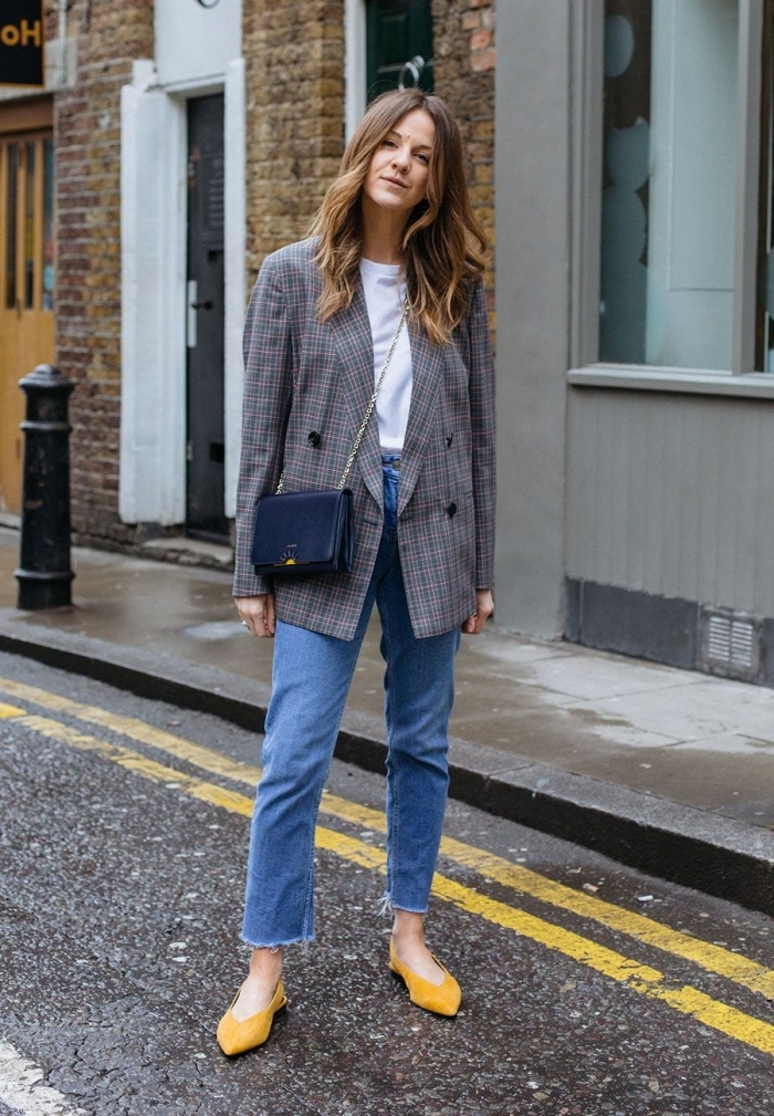 tenue de travail pour femme en jeans taille haute et blazer gris, modèle de veste blazer femme à combiner avec pantalon denim