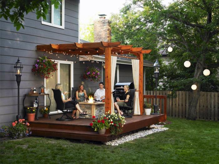 Escalier pour aller à la veranda en bois décoré de guirlandes lumineuses, aménagement terrasse de jardin, amenagement petite terrasse