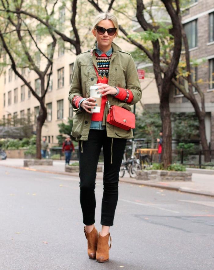 tenue casual chic en veste kaki femme avec pull rouge et chaussures marron, idée comment porter une veste en denim sous pull