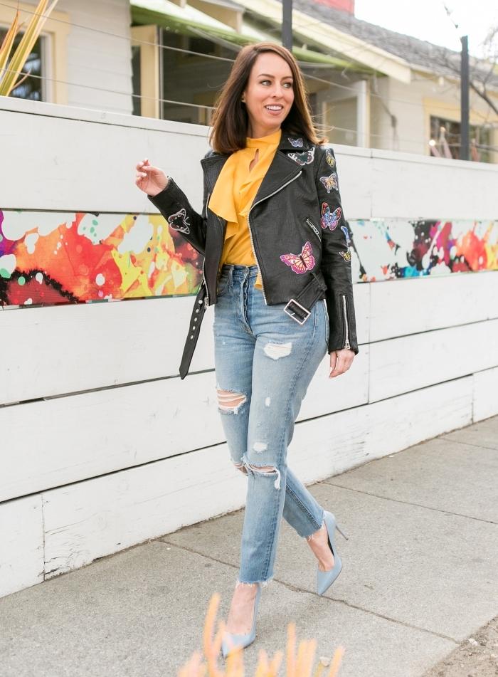 modèle de veste fleurie en cuir noir tendance, tenue de printemps avec blouse jaune et jeans de taille haute déchirés