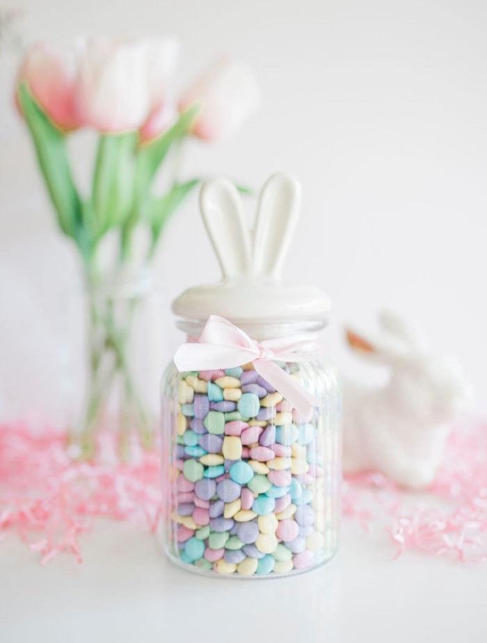 Bocal en verre pleine de bonbons jolies couleurs, cadeau original a fabriquer, idee cadeau original pour les paques