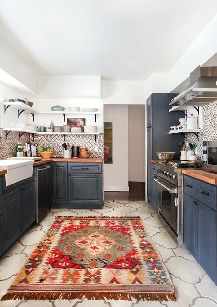 Tapis oriental en rouge et beige, cool idée cuisine placards peinture bleu nuit, cuisine bleu nuit belle association au blanc