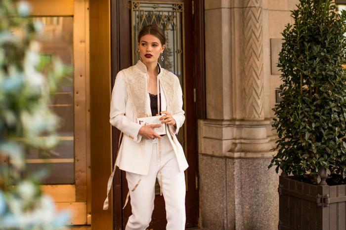 Pantalon blanc long et veste blazer femme, chemise noire dentelle et tailleur blanc pour femme stylée
