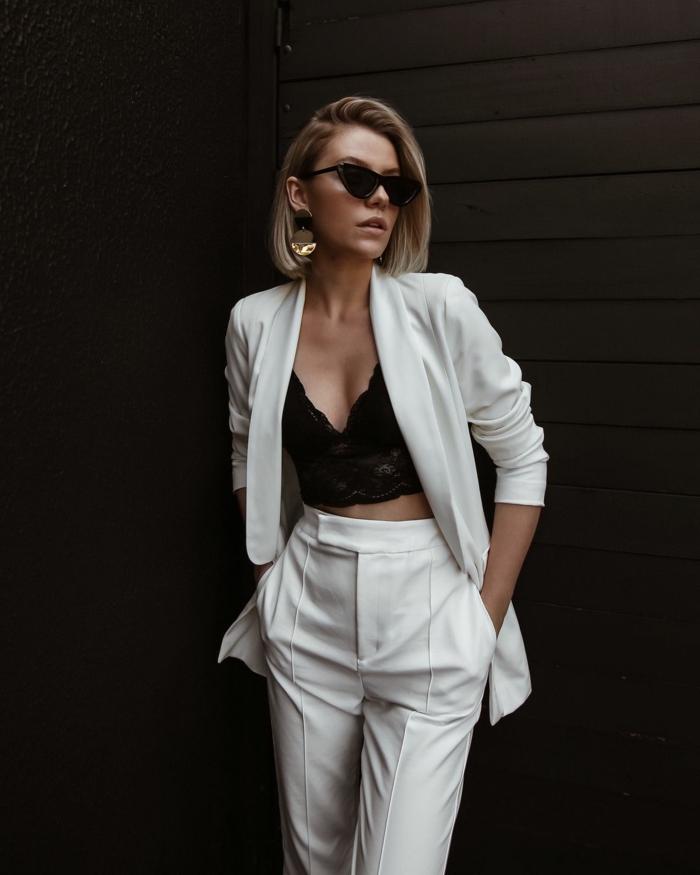 Femme moderne idée d'ensemble tailleur femme, inspiration tailleur pantalon femme à la mode associé à haut noir dentelle et lunettes de soleil tendance