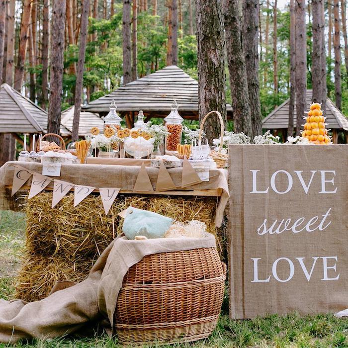 Mariage à la forêt decoration mariage champetre, inspiration mariage style boheme chic table pleine de patisserie, pièce montée matiage