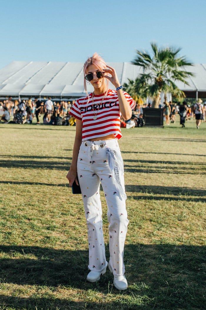 Comment avoir de la swag, tenue de festival simple jean et t-shirt, look boheme pour festifal de musique Coachella 2020