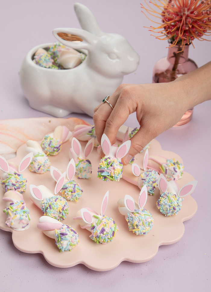Marshmallow bonbons avec sucrés pièces colorés pour former des lapins, idée activité manuelle paques, idee cadeau paques a faire soi meme