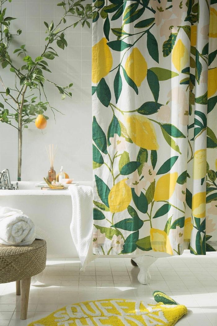 Rideau à citrons, cool idée paillasson de bain citron forme jaune, amenagement salle de bain, modele de salle de bains en vert et baignoire blanche