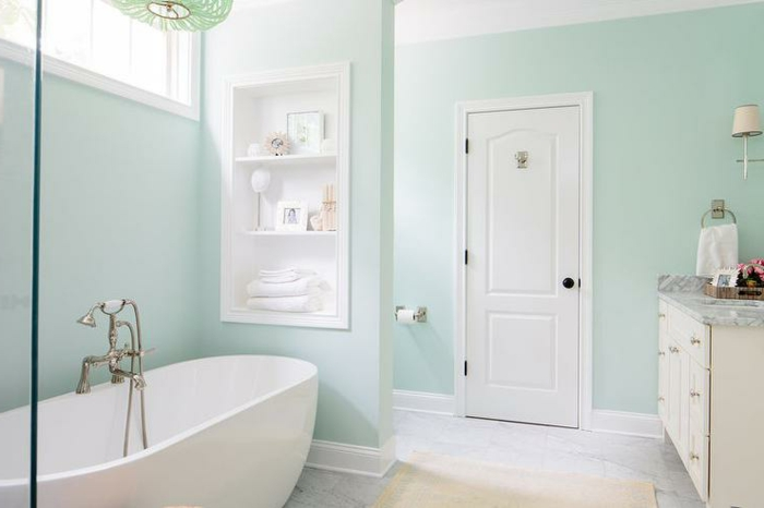 Baignoire peinture vert d'eau, amenagement salle de bain renouvellement peinture murale vert et meubles blanches