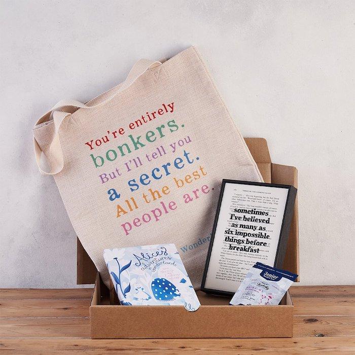 Sac tote avec écriteau bricolage paques facile, les meilleurs cadeaux de Pâques thème Alice au pays de merveilles