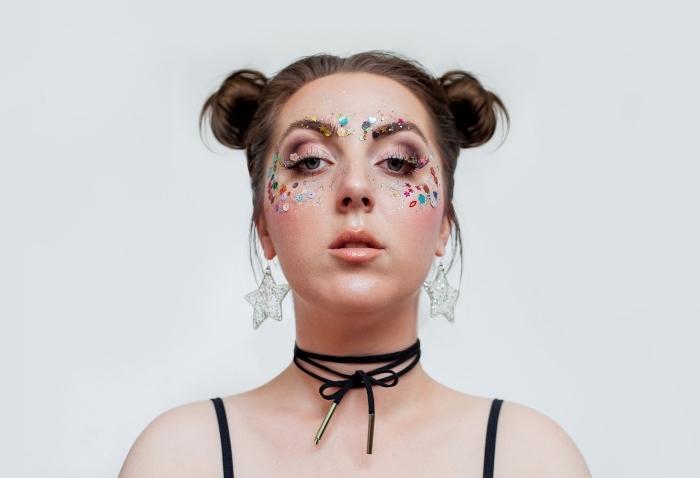 comment se maquiller les yeux pour un festival, maquillage avec strass pour visage autocollants et technique yeux smoky
