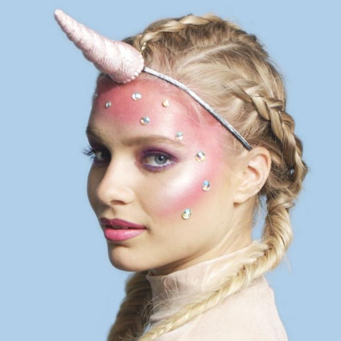exemple comment réaliser un maquillage licorne facile avec fards à paupières et produits contouring visage en rose