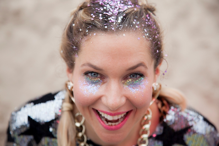 idée maquillage simple pour un festival, look de fête avec gel pailleté sous les yeux et rouge à lèvre glitter rose