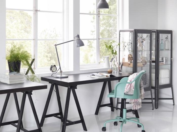 agencement de coin travail à domicile avec meubles tendance, idée bureau deco industriel avec accents en noir et métal