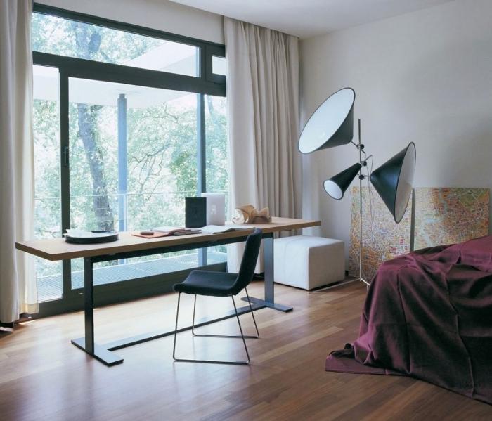 aménagement bureau à domicile dans une chambre spacieuse, décoration chambre avec grand bureau en bois et métal