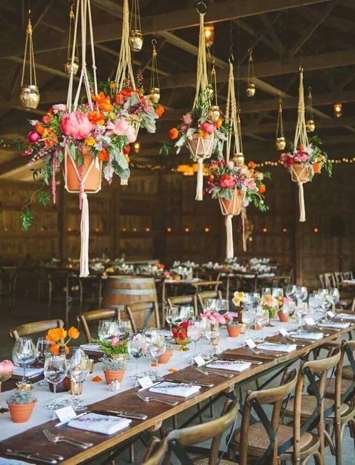 Fleurs suspendues sur le plafond deco champetre mariage, centre de table mariage champetre table longue vintage chaise