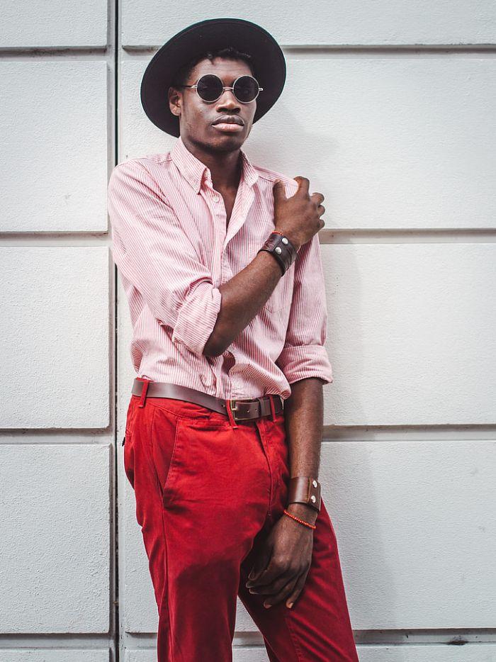 chemise rose et pantalon rouge, idee de tenue chic homme stylé, chemise homme original