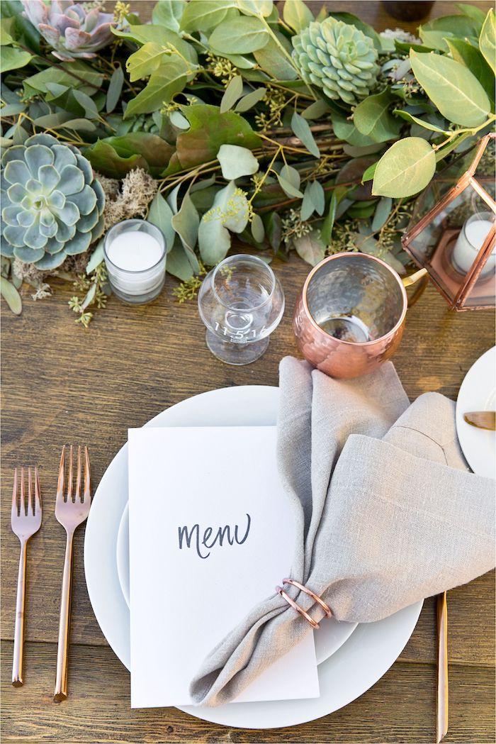 Mariage bohème chic avec menu simple et serviettes en lin et fourchettes copper décoration mariage champêtre chic, menu mariage champetre plantes vertes