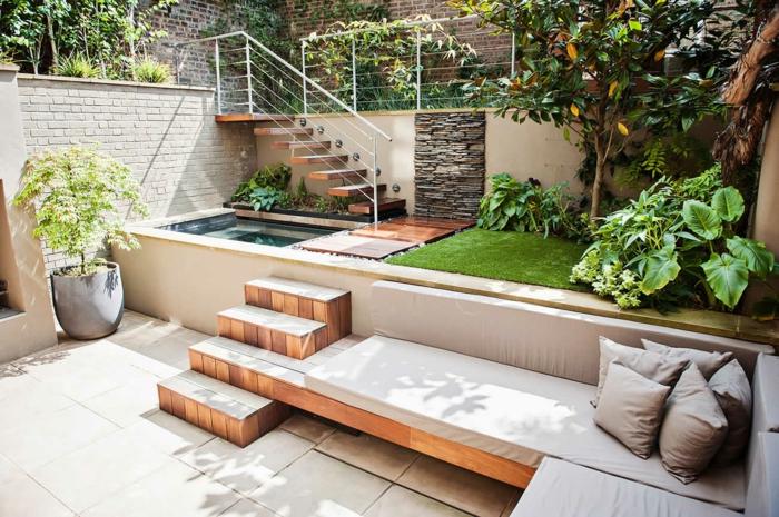 Terrasse exterieur en différentes niveaux, aménagement terrasse de jardin plantes vertes canapé en angle