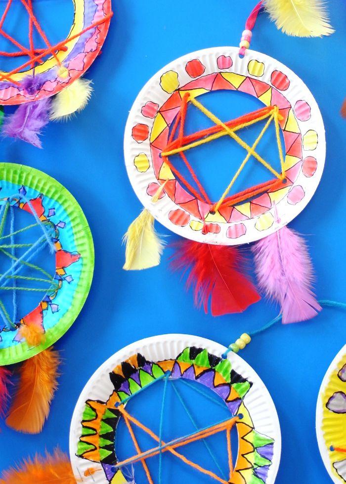 comment fabriquer un attrape reve dans assiette de papier recyclée avec des fils de laine et des plumes colorées
