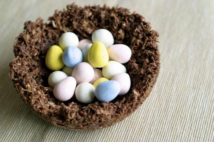petit gateau au chocolat de paques à réaliser soi-même, mini dessert au chocolat et noix concassés sous forme de nid