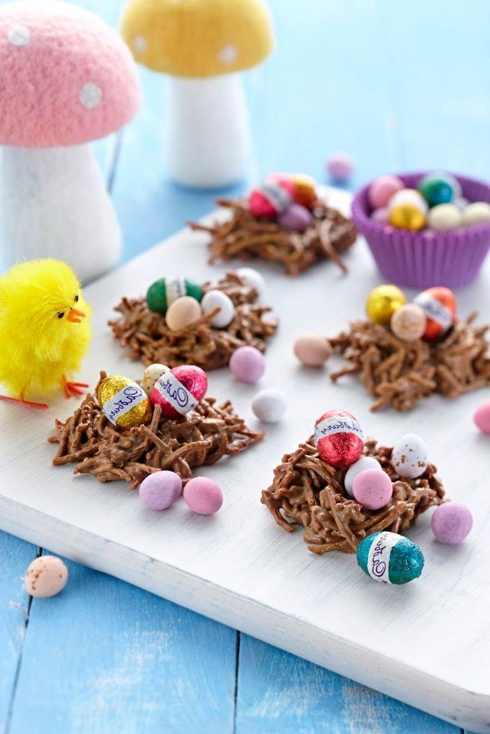 recette nid de paques simple avec peu d'ingrédients, mini nid sucré en nouilles frites et chocolat fondu avec décoration bonbons