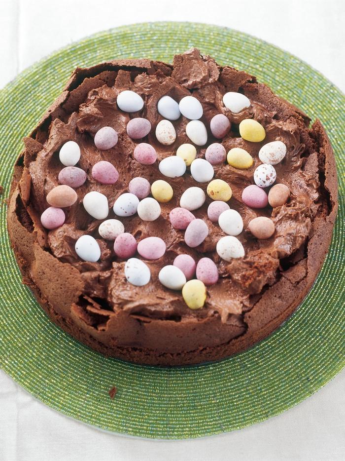 faire un gateau au chocolat de paques facile, exemple comment bien décorer un gâteau chocolat pour la fête de Pâques