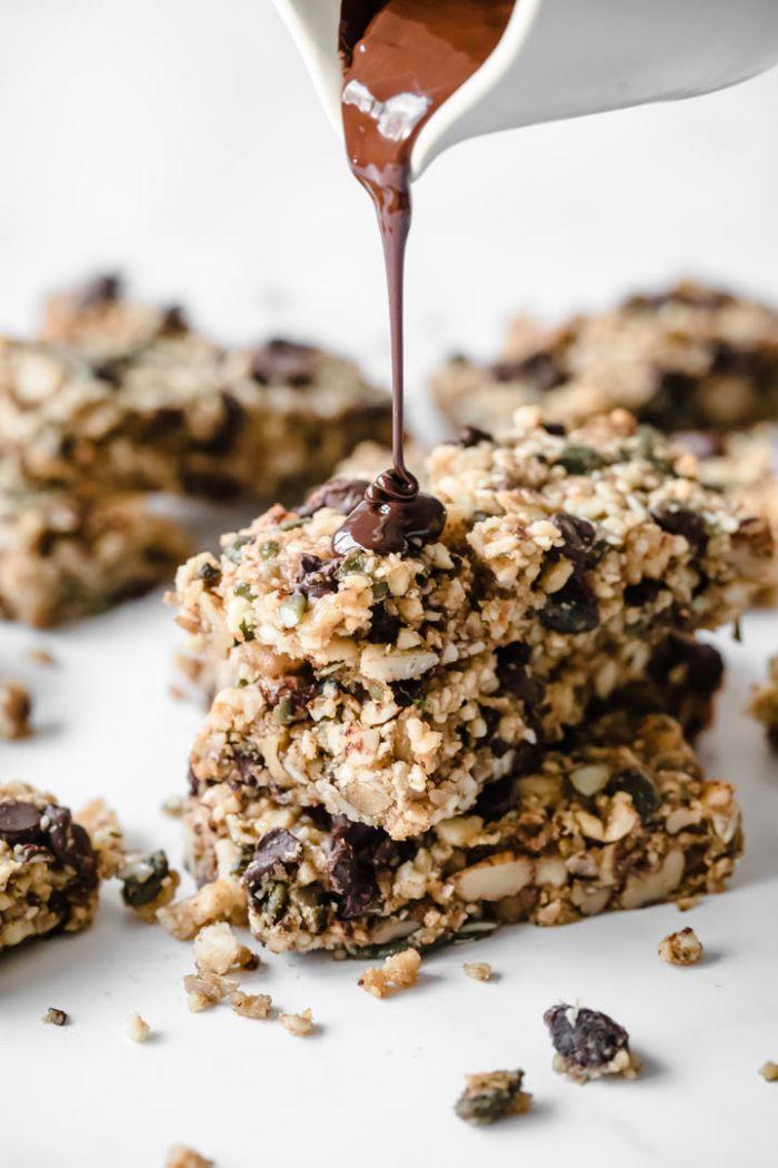 idee comment faire une barre protéinée cétogène maison au beurre d amandem noix, graines et pepites de chocolat