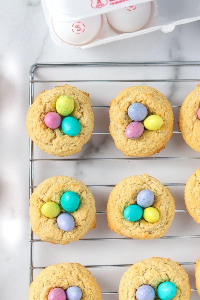comment faire ses cookies maison faciles en forme de nid pour la fête de Pâques, idée de dessert paques simple à faire