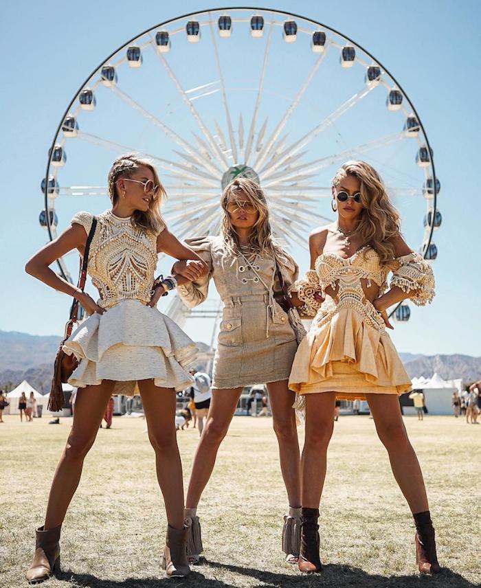 Amies en robes assorties, idée quoi porter pour coachella, robe boheme courte, femme stylée tenue festival Coachella
