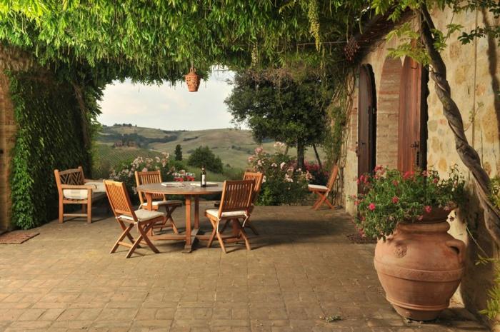Arbre verte en terrasse avec belle vue, table ronde et chaises idee jardin, aménagement terrasse de jardin meubles exterieurs