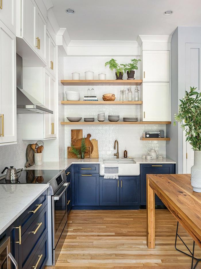Étagères en bois, cuisine peinture bleu gris, blanc carrelage pour la cuisine couleur bleu, décoration appartement moderne