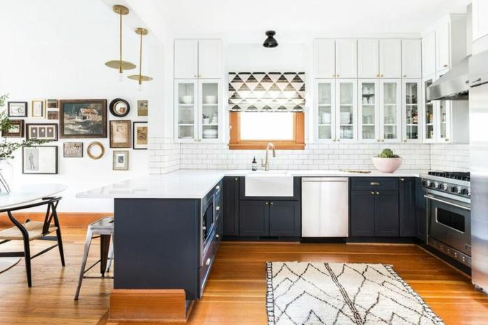 Cuisine en L bleu sombre, lustre doré, cuisine ouverte au salon, deco bleu cuisine couleur tendance, savoir comment décorer