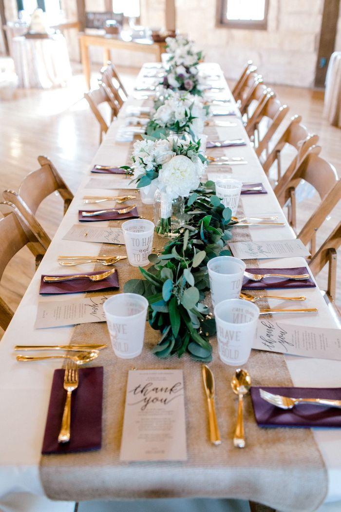 Table longue avec chaises vintages en bois theme champetre, deco table mariage champetre centre fleurs