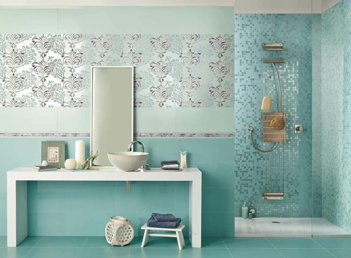 Carrelage verte de bleu et aigue-marine à motif, quelle couleur pour une salle de bain idée originale rangement meuble lavabo table blanche