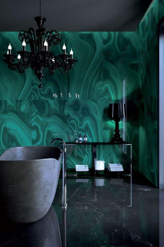 Chouette idée de salle de bain moderne en marbre vert sur les murs, lustre baroque, baignoire gris, sol marbre noir, photo décoration murale salle de bain, idee salle de bain verte