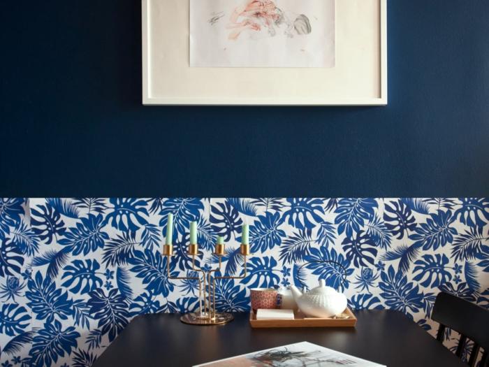 Papier peinte feuilles bleues, peinture murale bleu minuit, deco bleu cuisine couleur tendance, savoir comment décorer la cuisine avec salle a manger