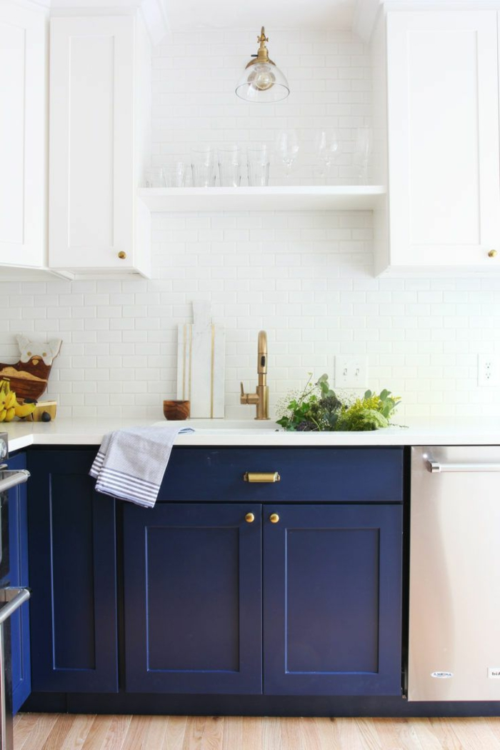 Lavabo doré dans une cuisine couleur bleu nuit, cuisine blanche et bleue, quelle peinture pour la cuisine