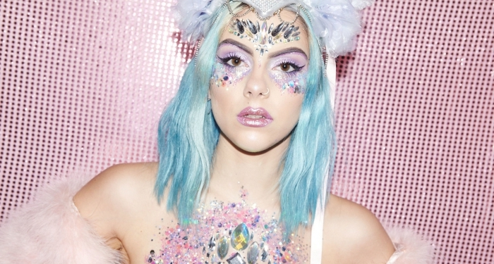idée de maquillage licorne facile à réaliser soi-même, maquillage visage licorne avec strass façon bijoux sur le front